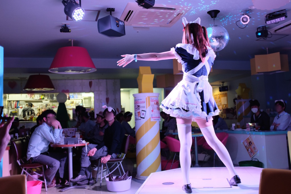 maid cafe maid dancing
